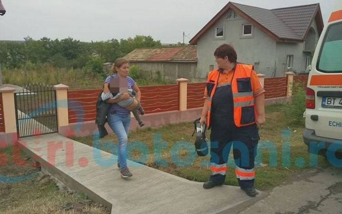 Copilul a fost preluat de ambulanţă şi dus la spital. FOTO: stiri.botosani.ro