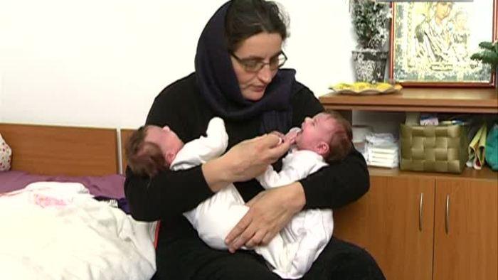 Două gemene, fructul iubirii interzise dintre o călugăriță și un preot. Iată-le la 5 ani de la păcatul mamei