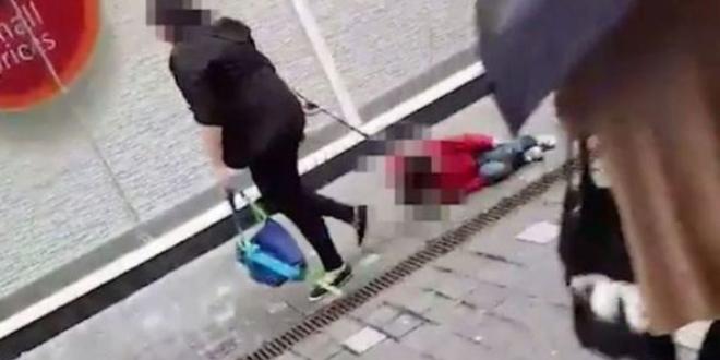 mama trage copilul pe strada