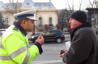 politist se chinuie sa ceara actele
